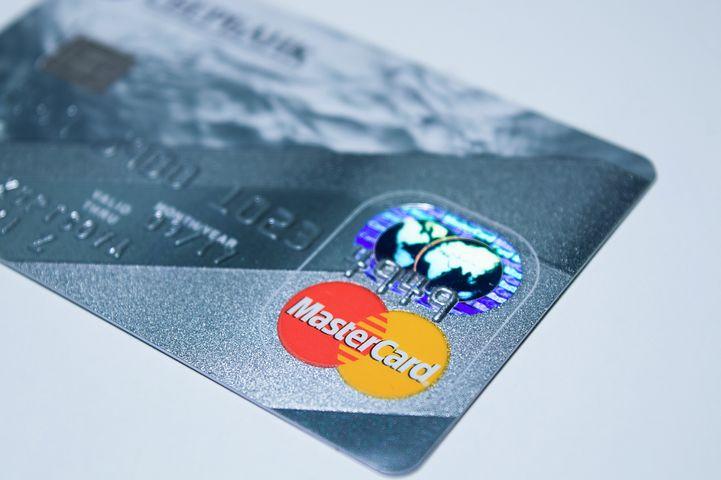 Carte Mastercard prépayée utilisable immédiatement, disponible aux  distributeurs de billets CFF